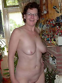 Glamour mature cougar posing nude on cam
